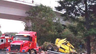 Photo of Cae de puente camión cargado con cosméticos
