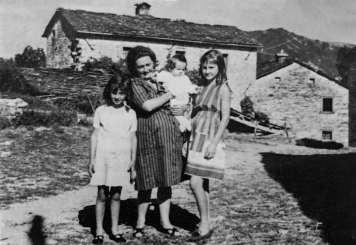 Anni 50 Sull'Aia della Villa. Giovanna Zuccherelli con le figlie