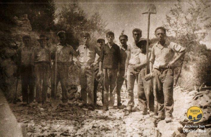 1964 - Operai addetti alla costruzione della strada a Casanova nell'Alpe