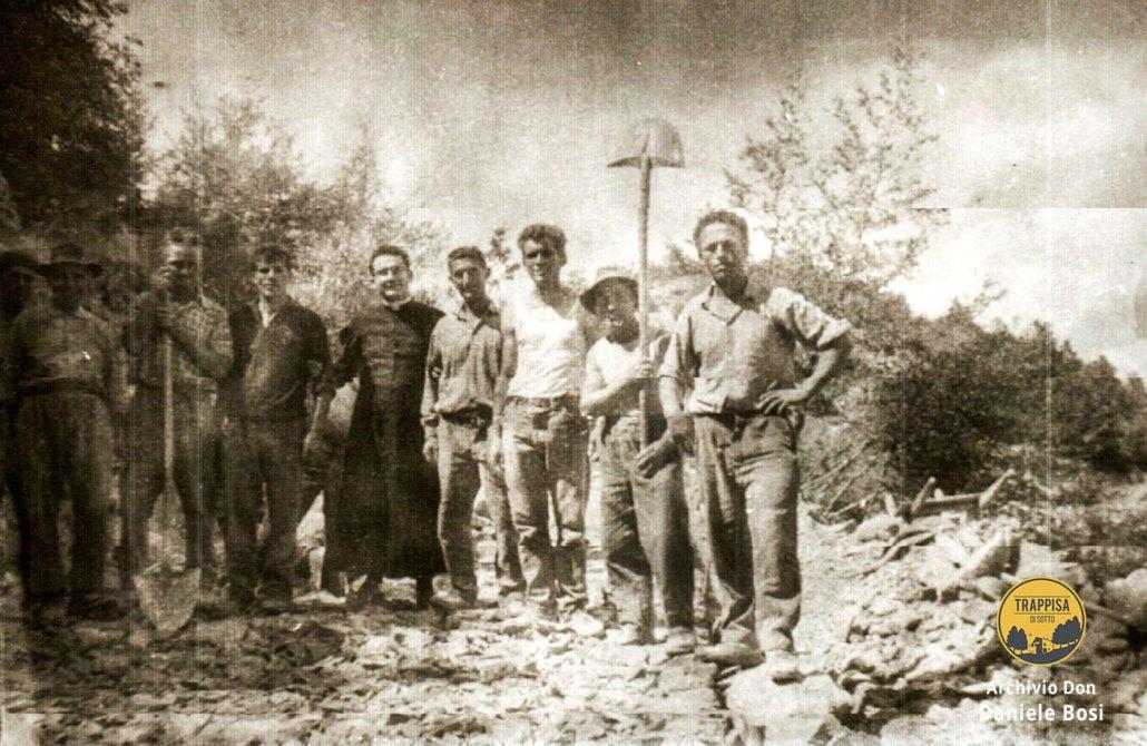 1964 – Operai addetti alla costruzione della strada a Casanova nell'Alpe con Don Quinto Giorgini