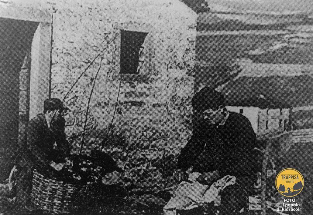 Anni '40 - Chiesa di Sotto. Due membri della famiglia Batani intenti ad intrecciare canestri. Sullo sfondo è l'Osteria del Terrore - FOTO da Il popolo di Ridracoli