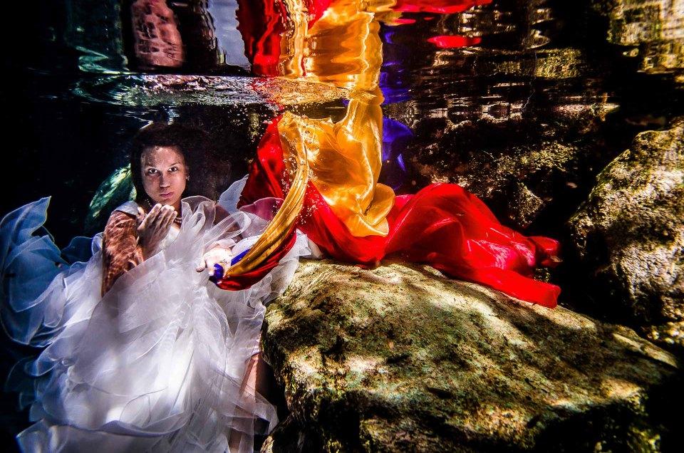 Unusual Wedding Images - Sebi Messina Photography - Trash The dress Underwater