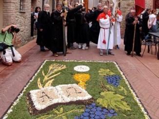 Paciano, Corpus Domini, tutto il borgo impegnato nell'Infiorata