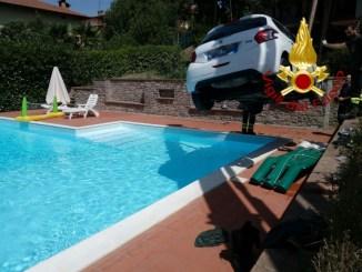Auto si sfrena e finisce sul bordo di una piscina privata a Tavernelle