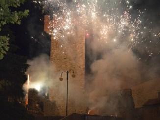 Palio delle barche, storia e spettacolo si fondono con l'incendio al castello
