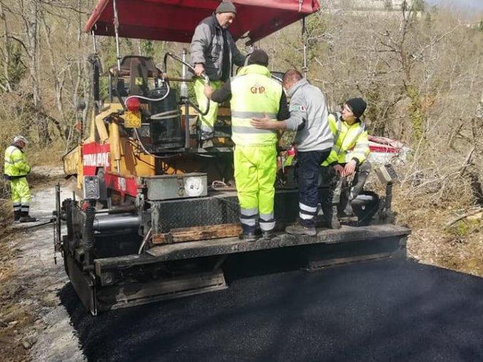 Piegaro, viabilità, in corso la bitumatura di numerosi tratti stradali comunali