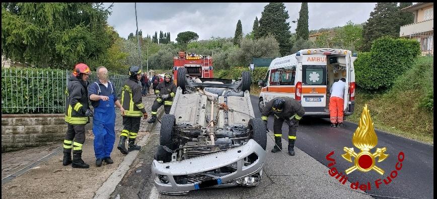 Incidente stradale a Passignano, auto si ribalta, 71enne ferito