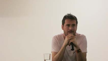 El autor responde las preguntas del público que llenó la sala múltiple de Banrepública.