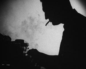 maquina-de-escribir-hombre-fumando-cigarrillo-humo-blanco-y-negro-escritor-soledad3