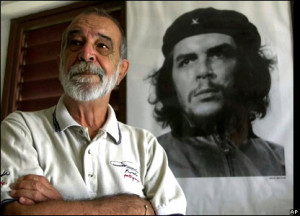 Alberto Korda posa junto a la famosa imagen. Foto: AP.  En: http://elcolimador.cubava.cu/tag/alberto-korda/