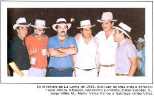 Santiago Uribe Vélez en un grupo con el narcotraficante Fabio Ochoa Vásquez.