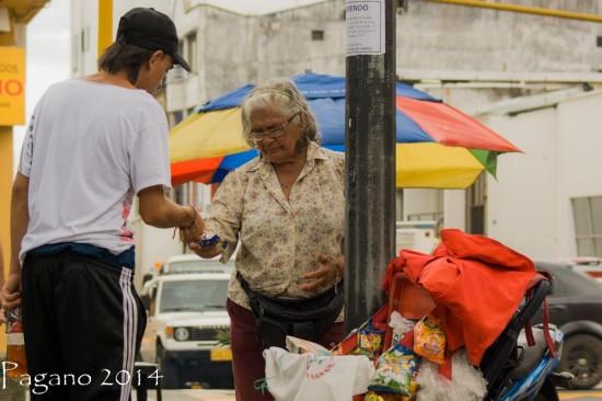 Un joven busca muchos dineros y una viejita le ayuda. Foto cortesía.