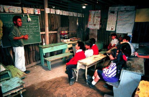 D/27/CHALCO,EDOMEXJUL1999.- Escuela primaria Nezahualc—yotl en Av. Solidaridad. Foto: Rodolfo Valtierra/Cuartoscuro