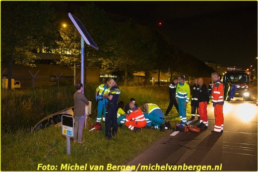 Oude Meer - De hulpdiensten zijn in de nacht van donderdag op vrijdag groots uitgerukt nadat er een wagen te water was geraakt. Rond half één ging het mis toen de bestuurder van een personenwagen met zijn wagen in de naastgelegen sloot terrecht kwam langs de Fokkerweg (N232) naast Schiphol-Oost. Diverse hulpdiensten, waaronder het traumateam uit Amsterdam, kwamen met spoed ter plaatse om hulp te bieden. Het slachtoffer was gelukkig snel uit zijn voertuig. De man is opgevangen door ambulancepersoneel en na enige tijd overgebracht naar het ziekenhuis. Het is nog onduidelijk waardoor het ongeval precies heeft kunnen gebeuren.