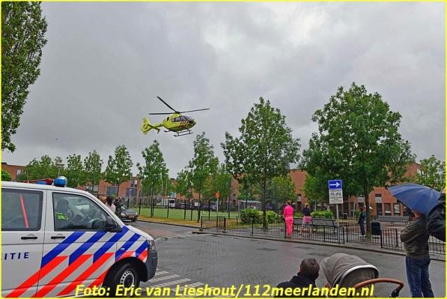 Nieuw-Vennep: Man ernstig gewond na val van trap Nieuw-Vennep, 8 juli 2015 - Een man is woensdagochtend ernstig gewond geraakt na een val van de trap in een woning aan de Grenadierspoort. Politie, ambulance, brandweer en de traumahelikopter werden opgeroepen om te assisteren. Het slachtoffer is na de nodige medische zorg, door de brandweer uit de woning gehesen.  Het slachtoffer is moet spoed en onderbegeleiding van  drie motoragenten naar het VuMc in Amsterdam overgebracht. De trauma-arts van het mobiel medisch team is met de ambulance meegereden. Fotografie: Eric van Lieshout