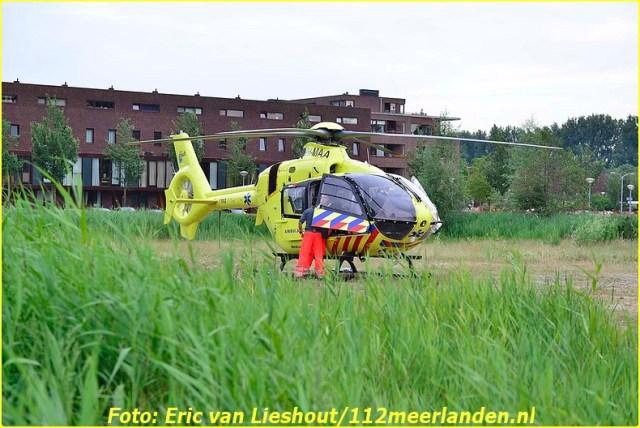 Hoofddorp: Steekpartij op de Hoofdweg Hoofddorp, 11 juli 2015 - Op de Hoofdweg heeft rond negen uur een steekpartij plaatsgevonden. Hierbij is een man gewond geraakt. De dader is na de steekpartij gevlucht. De traumahelikopter is op een weilandje naast het Burgemeester van Stamplein geland. Het slachtoffer die goed aanspreek was is na de nodige zorg, overgebracht naar het ziekenhuis.  De Hoofdweg was ter hoogte van de Concourslaan afgesloten voor het verkeer. De politie heeft via burgernet gevraagd uit te kijken naar een man, dertig tot veertig jaar, spijkerbroek en zwart shirt. Hoofd en hals bebloed. Volgens omstanders zou het gaan om een uit de hand gelopen vechtpartij in cafe de Vaart. Fotografie: Eric van Lieshout De voorlichter van de politie was nog niet op de hoogte van deze steekpartij en kon dus verder geen informatie geven.