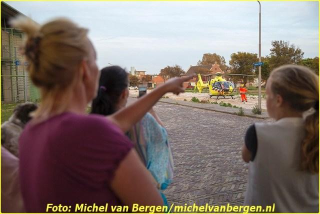 IJmuiden - Een aantal mensen die maandagavond naar het opstijgen van de traumahelikopter keken hebben flink wat zand over zich heen gekregen. De traumahelikopter was even na achten gealarmeerd voor een medische noodsituatie aan het Sam Vlessinghof in IJmuiden. De piloot van de helikopter had zijn toestel op een zandvlakte aan de Kanaalstraat gezet. Het slachtoffer is na de eerste zorg met spoed, onder politiebegeleiding, naar het Rode Kruis Ziekenhuis in Beverwijk overgebracht. De trauma-arts is met de ambulance mee naar het ziekenhuis gereden.  Toen de helikopter weer ging opstijgen bleef een flink aantal mensen hierna kijken. Doordat de piloot op een zandvlakte stond werd er een flinke lading zand weggeblazen bij het vertrekken van het toestel. Mensen die eerst stonden te kijken renden snel weg maar vele hadden alsnog flink wat zand in hun haar en kleding. De helikopter is vervolgens naar het RKZ in Beverwijk doorgevlogen om de arts op te halen die met de ambulance mee was gereden.