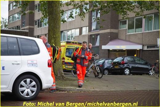 Haarlem – Een traumahelikopter trok woensdagmiddag veel bekijks welke was opgeroepen voor een incident in Haarlem. Even na half zes landde de helikopter op een veldje tussen de Europaweg en de Zwemmerslaan. Het traumateam was samen met diverse ambulances en de politie opgeroepen voor een incident in een woning aan de Laan van Berlijn. Een woordvoerder van de veiligheidsregio Kennemerland gaf aan dat het team was opgeroepen voor een onwelwording in een woning. Bij aankomst bleek hun inzet echter niet nodig te zijn en konden ze weer terugkeren naar Amsterdam. Bij het vertrek van de helikopter stonden veel nieuwsgierigen te kijken en een aantal kleine kinderen zwaaide de helikopter uit.
