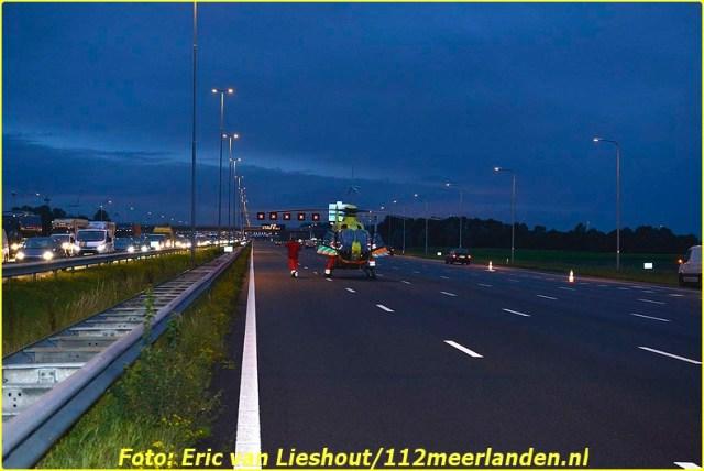 Nieuw-Vennep: Dodelijk ongeval op de A4 Nieuw-Vennep, 16 september 2015  - Bij een ongeval op de A4 ter hoogte van Nieuw-Vennep is vanmorgen een persoon om het leven gekomen. Het slachtoffer reed in een bestelbusje wat eerst de vangrail geraakt heeft en daarna op de zijkant belandde. Hulpverleners hebben nog het slachtoffer gereanimeerd maar mocht niet meer baten. De opgeroepen traumahelikopter landde op de A4. Door het ongeval werden 6 rijstroken afgesloten en kon het verkeer alleen over de vluchtstrook. Later werd er een extra rijstrook opengesteld. De A4 zal nog voor langere tijd afgesloten zijn, Rijkswaterstaat gaat schermen plaatsen. In beide richtingen staat een enorme file. De verkeersongevallen analyse van de politie onderzoekt het ongeval. Fotografie: Eric van Lieshout