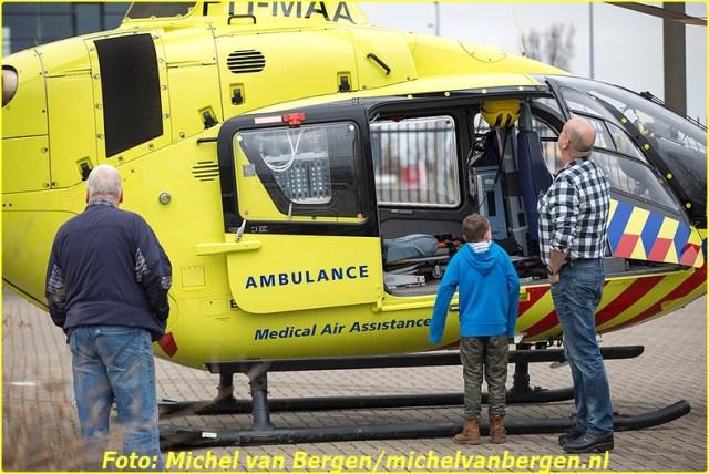 Velserbroek – Een man is zaterdagochtend gewond geraakt na een val op een dakje in Velserbroek. De man kwam rond tien uur ten val op een dakje aan de Lange Sloot in Velserbroek. Diverse hulpdiensten, waaronder het traumateam uit Amsterdam, kwamen met spoed ter plaatse om assistentie te verlenen. Het slachtoffer is door ambulancepersoneel gestabiliseerd waarna hij door de brandweer van Velsen naar beneden is gehaald. Na de nodige zorg ter plaatse is hij met spoed naar het ziekenhuis overgebracht voor verdere behandeling. De traumahelikopter die aan de Zadelmakerstraat was geland trok veel bekijks.