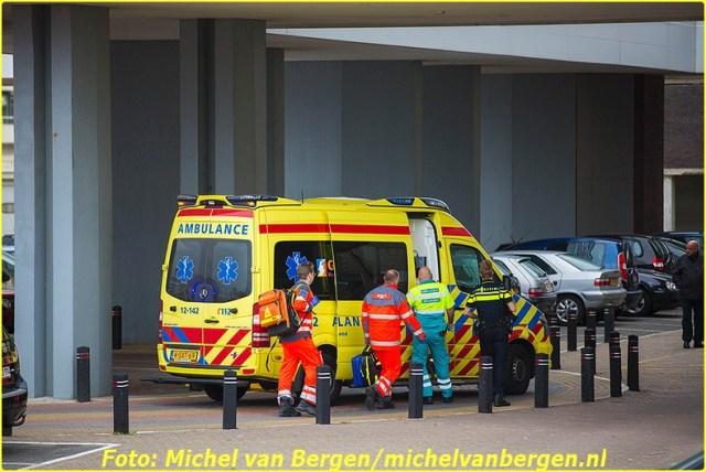 Zandvoort – Een man is dinsdagavond lelijk gewond geraakt bij een val in Zandvoort. De man kwam rond acht uur voor het Palace Hotel aan het Burgemeester van Fenemaplein in de badplaats ten val. Naast twee ambulances werd ook het traumateam uit Amsterdam opgeroepen om assistentie te verlenen. Het slachtoffer is door ambulancepersoneel gestabiliseerd terwijl de piloot van de traumahelikopter zijn toestel op het strand landde. Een trauma-arts is vervolgens door medewerkers van de reddingsbrigade naar de ambulance gereden zodat deze medische assistentie kon verlenen. Het slachtoffer is na de eerste zorg met spoed naar het ziekenhuis overgebracht. De fiets van het slachtoffer is door agenten met een busje meegenomen. Het is nog onduidelijk hoe de man precies ten val is gekomen omdat niemand het heeft zien gebeuren.