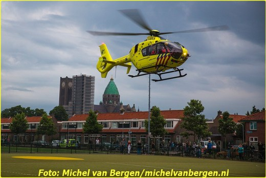 Haarlem – De hulpdiensten zijn dinsdagavond groots uitgerukt voor een incident in de Haarlem-West. Rond kwart voor negen was er in een woning aan de Zonnebloemstraat medische assistentie nodig. Naast brandweer, politie en ambulance werd ook het traumateam ingezet. De helikopter landde op een sportveld aan de Van Oosten de Bruijnstraat. Veel buurtbewoners waren op de sirene's van de hulpdiensten en het geluid van de traumahelikopter naar buiten gekomen om te kijken wat er aan de hand was. Nadat het slachtoffer door de brandweer uit de woning was gehaald en naar het ziekenhuis was overgebracht vertrok de helikopter weer onder veel bekijks van buurtbewoners.