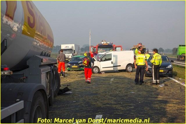 TERHEIJDEN - Op de A59 hebben vrijdagochtend rond acht uur twee botsingen met een vrachtwagen plaatsgevonden ter hoogte van Terheijden. Het tweede ongeval vond plaats in de file van het eerste ongeval. Bij het tweede ongeval is een bestuurder zwaargewond geraakt. De snelweg richting Oss is afgesloten tot elf uur, meldt de VID.