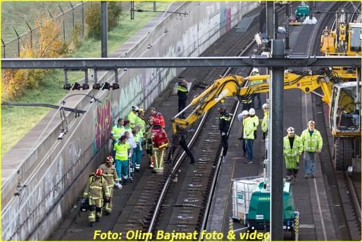 ZAANDAM - Een spoorwegwerker is zaterdagochtend gewond geraakt bij werkzaamheden langs het spoor nabij de Daam Schijfweg in Zaandam. De man is tijdens onderhoudswerkzaamheden met zijn been bekneld komen te zitten onder spoorrails en moest met behulp van een kraan worden bevrijd. De man is met spoed overgebracht naar het ziekenhuis. De hulpdiensten waren massaal uitgerukt waaronder ook een traumahelikopter. NOVUM COPYRIGHT OLIM BAJMAT