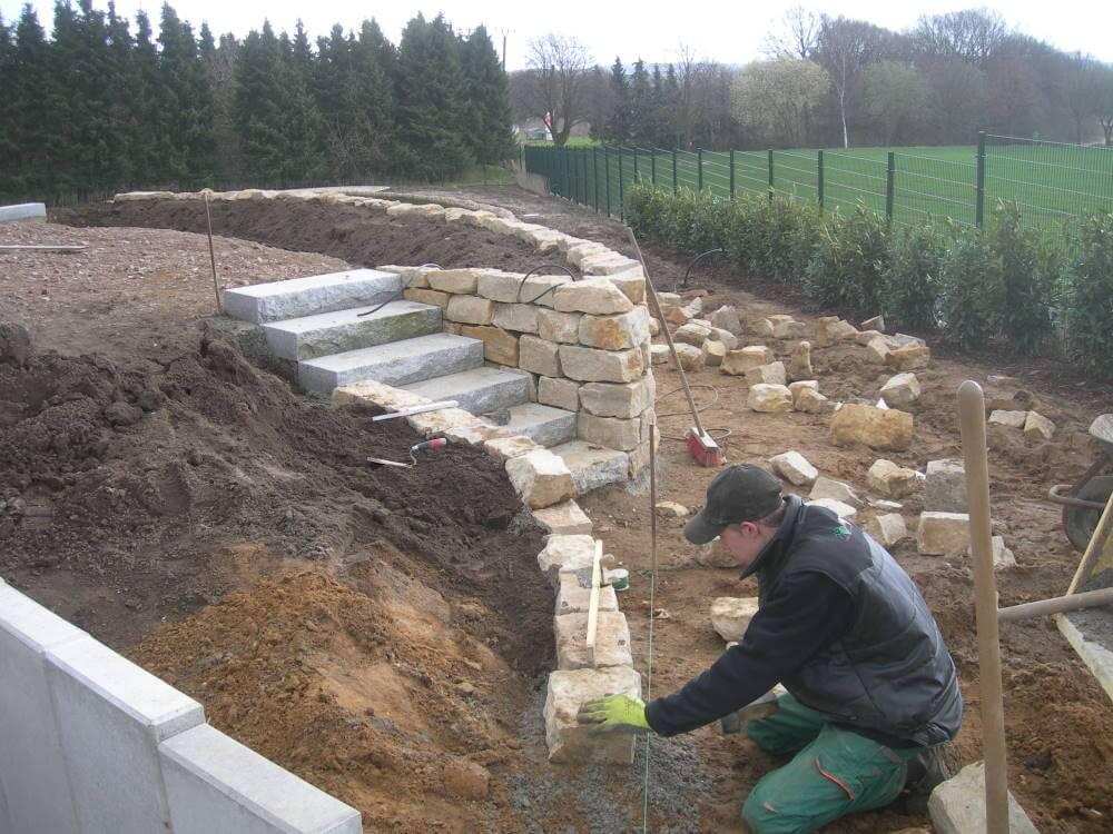 Bau einer Natursteinmauer