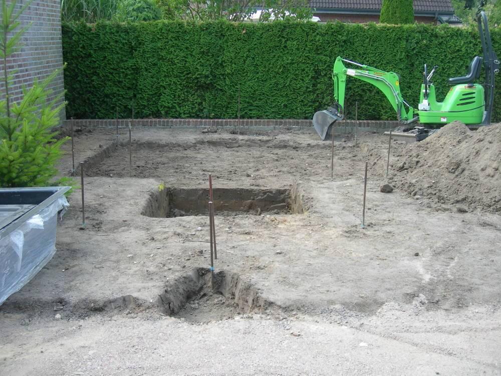 Erdarbeiten im kleinen Garten