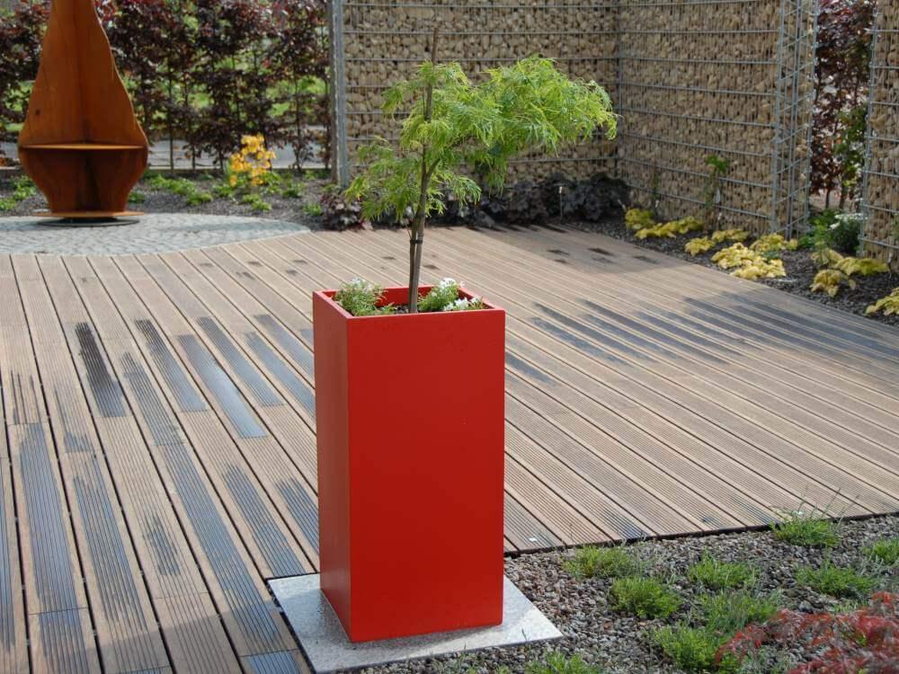 Holzterrasse aus Bambusholz mit Pflanzgefäßen im abgestimmten rotton zum Resopal