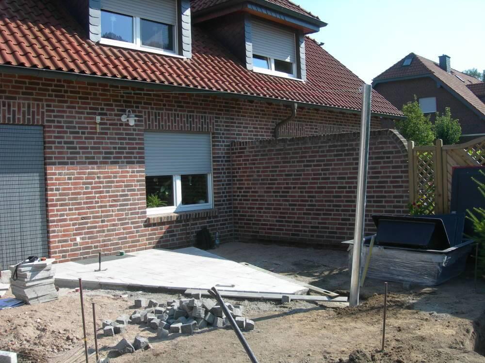 Terrasse aus Granitplatten und Tali Hartholz