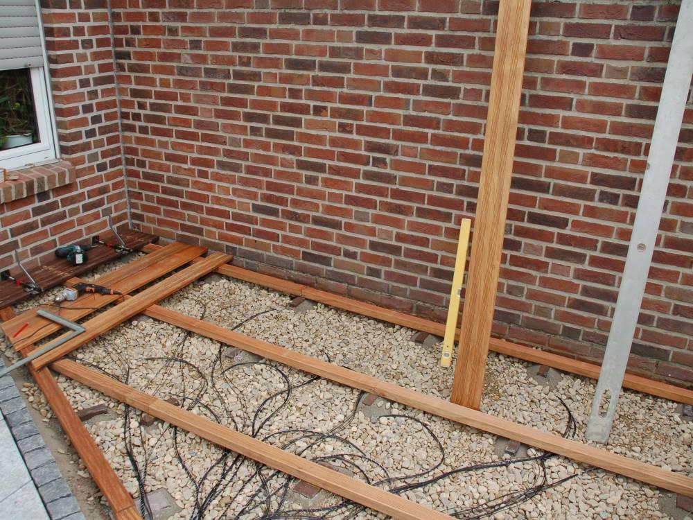 Terrasse aus Holz und Granit mit Lichtleitfaser Beleuchtung