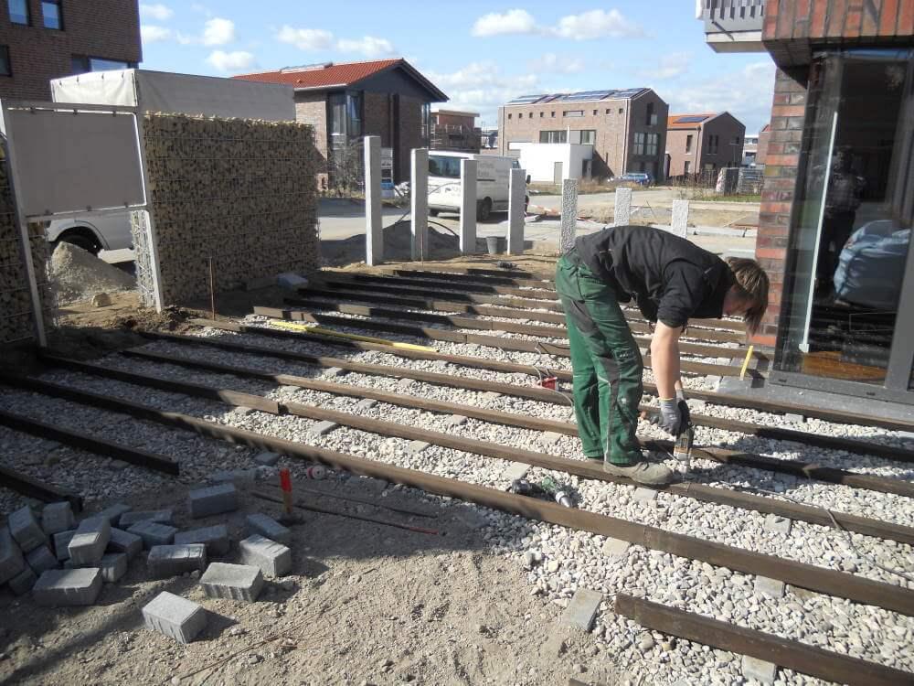 Die Unterkonstruktion für die Sonnenterrasse aus Bambus wird montiert