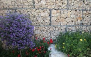 Gabionenwand als Sichschutz im Garten
