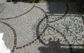 Granit Mosaikpflaster mit Basalt Mosaikpflaster kombiniert