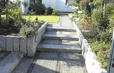 Granitpalisaden als Einfassung für Weege und Stufen