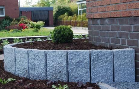 Granitpalisaden als Hochbeeteinfassung im Vorgarten
