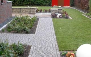 Granitpflaster Größe 7/9 cm als Gartenweg im Schuppenverband verlegt