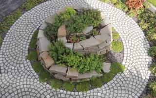 Granitpflaster Größe 7/9 cm als runder Weg im Schuppenverband