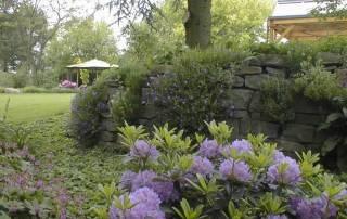 Natursteinmauer aus Grauwacke Bruchsteinen