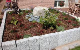 Hochbeet mit Palisaden aus gestocktem Granit