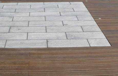 Terrasse aus Bambusholz mit Kiruna Granitplatten