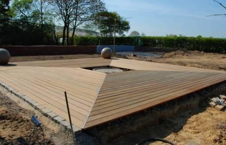 Holzdeck mit quadratischer Form aus Bangkirei