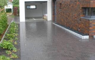 Garagenzufahrt aus Klinkerpflasster im Waalformat, Farbe: dunkelbraun
