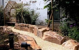 Natursteinmauer aus Ruhrsandsteinfindlingen