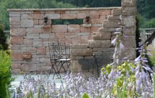 Sitzecke mit Gartenmauer