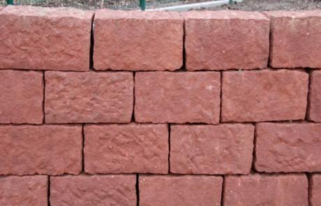 Natursteinmauer aus rotem Sandstein