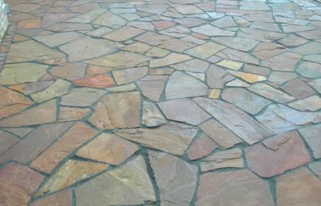 Terrasse aus Quarzitplatten im polygonalem Verband