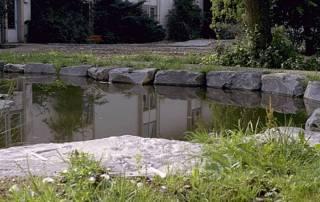 Naturteich mit Einfassung aus Grauwacke Quarder